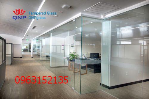 vách và cửa kính cường lực văn phòng 6