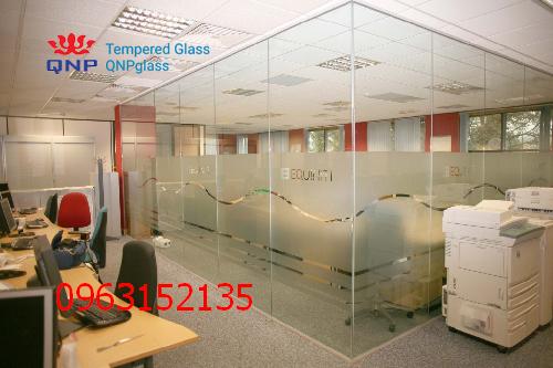 vách và cửa kính cường lực văn phòng 2