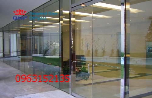 vách và cửa kính cường lực văn phòng 1