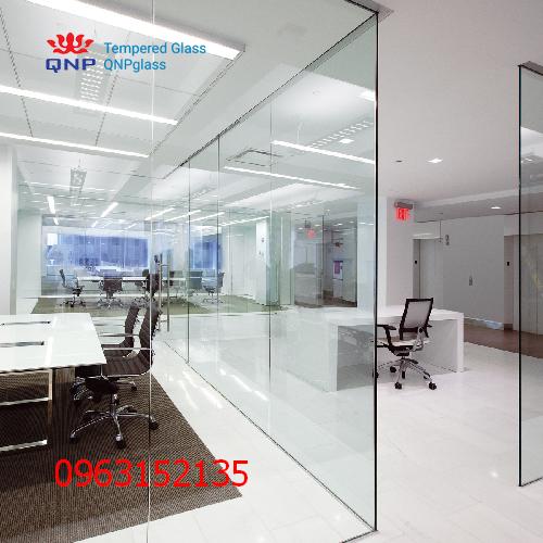 vách và cửa kính cường lực văn phòng